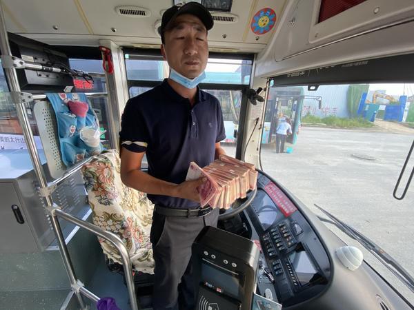 心真大!郑州一男子坐公交遗落装有14万现金的手提袋,还好有他们