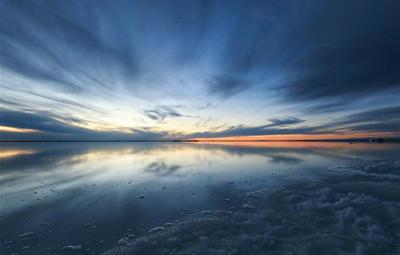察尔汗盐湖风景如画 吸引游客前来观光休闲