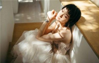 吴昕参加品牌活动 演绎柔美酷帅两种风格
