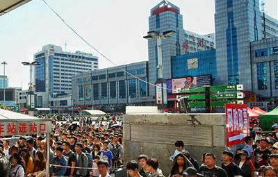 人从众!这,就是国庆第一天的郑州火车站