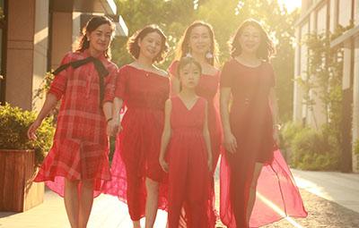 """六个闺蜜""""联手""""在郑州开店,大合照太温馨"""