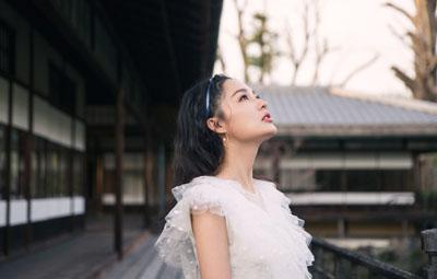 李沁身穿白纱裙与花树合影 宛若仙子