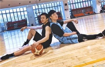 陈赫与邓超在篮球馆合影 席地而坐姿势被侃很可爱