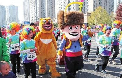 第13届郑开国际马拉松赛鸣枪开跑 近5万跑友参加
