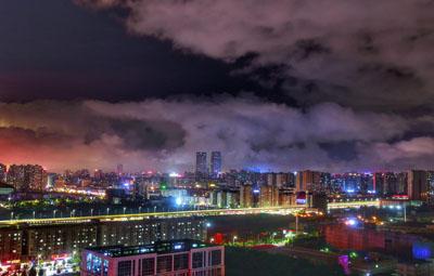 暴雨过后的郑州,云雾缭绕宛如魔幻仙境