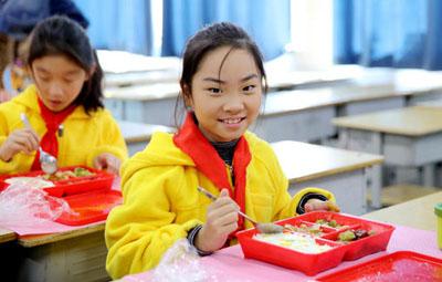 """郑州又有6所小学开吃""""营养午餐"""""""