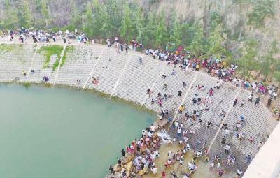 郑州一河道改造区域,来戏水纳凉者如赶庙会