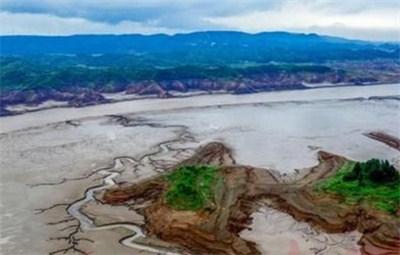 黄河孟津段小浪底水库上游河床惊现神奇图案