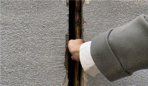 郑州一小区居民楼墙体出现大裂缝 相关部门回应