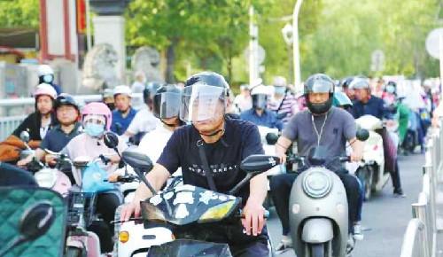 郑州市非机动车新规实施10天,你戴头盔了吗?